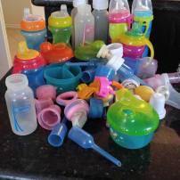 Si las teteras o botellas y contenedores están en buenas condiciones pues donarlas a casas hogares.